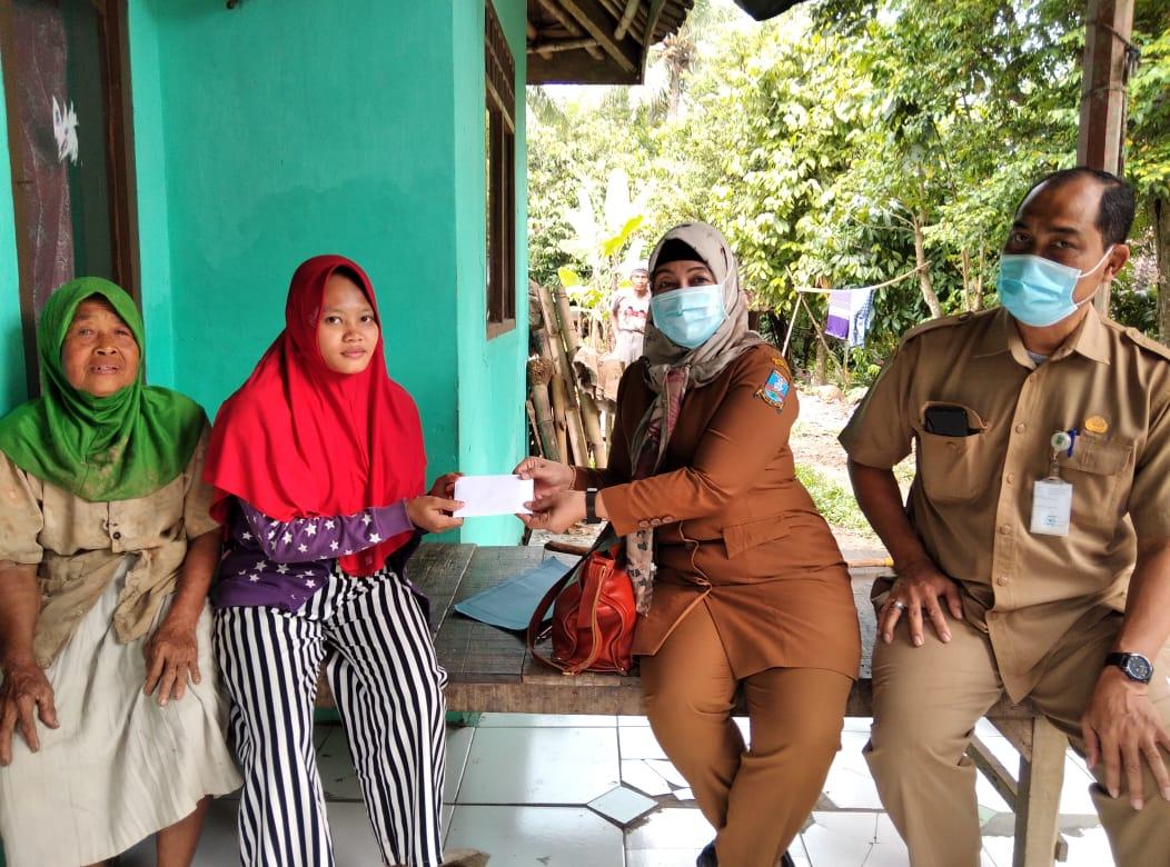 ibu-melahirkan-tidak-mampu-menerima-bantuan-dari-pemerintah-kabupaten-serang